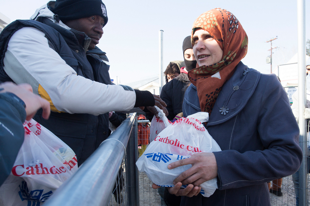 Caritas provides food and WASH items to refugees crossing the border at Idomeni. Photo by Natalia Tsoukala/Caritas