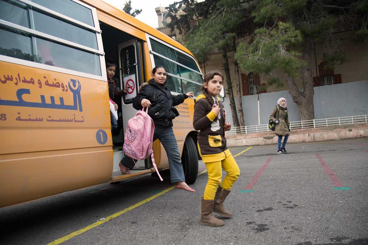 Los niños llegan a la Escuela Latina de Ashrafieh, en Amán, Jordania