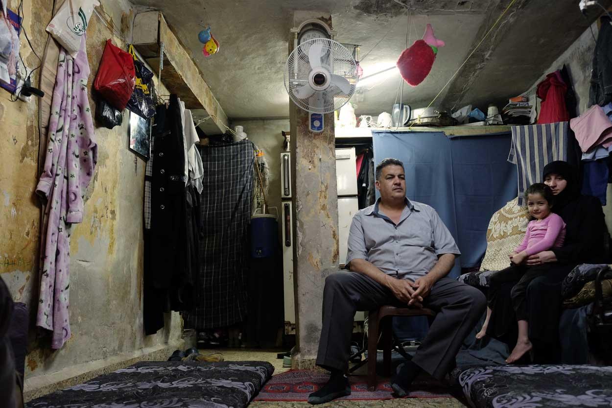 Sin poder trabajar, Abdo debe enviar a su hijo a trabajar como mozo.