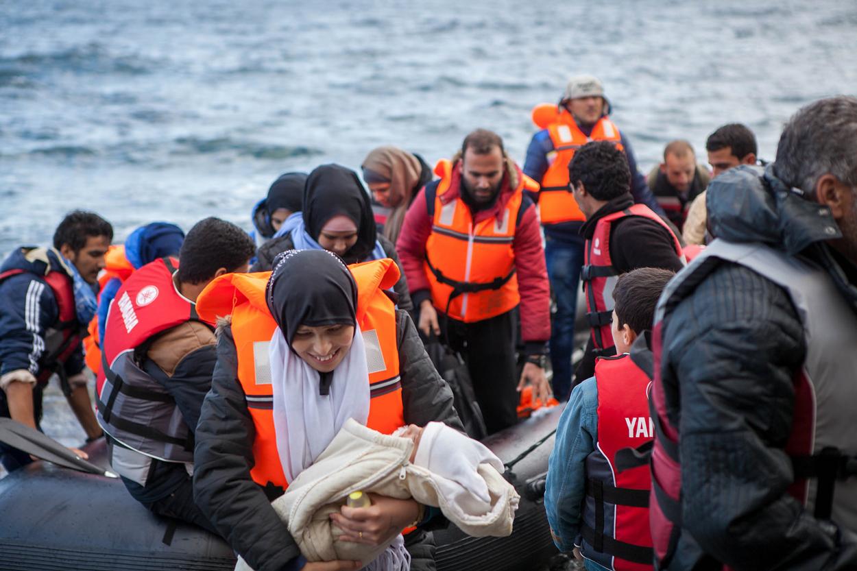 Algunos refugiados, aliviados, desembarcando en la isla griega de Lesbos.