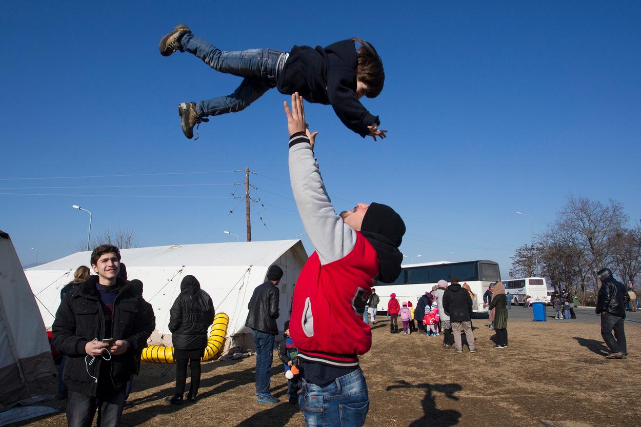 Refugiados que esperan cruzar la frontera en Idomeni.
