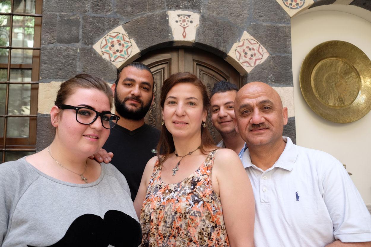 Caritas Syrie Caroline Harbour (centre avant) avec ses trois enfants: Joséphine (avant gauche), Tamra de (arrière gauche), Charbel (arrière droite) et son mari Martin (avant droit).