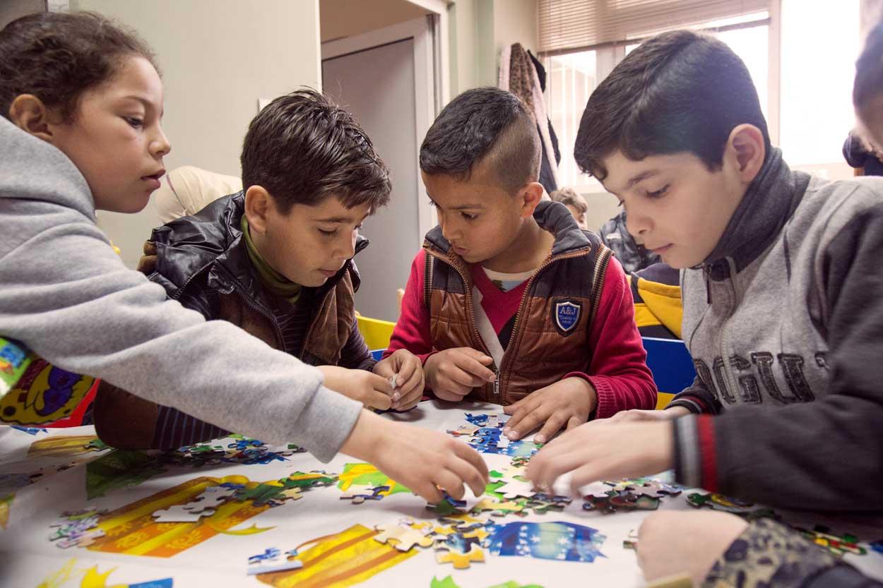 Des enfants assemblent des puzzles dans l'espace adapté géré