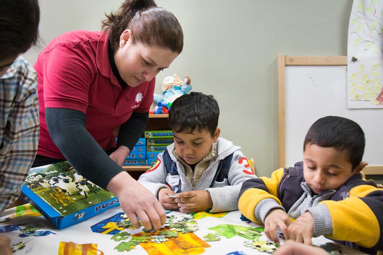 Des enfants assemblent des puzzles
