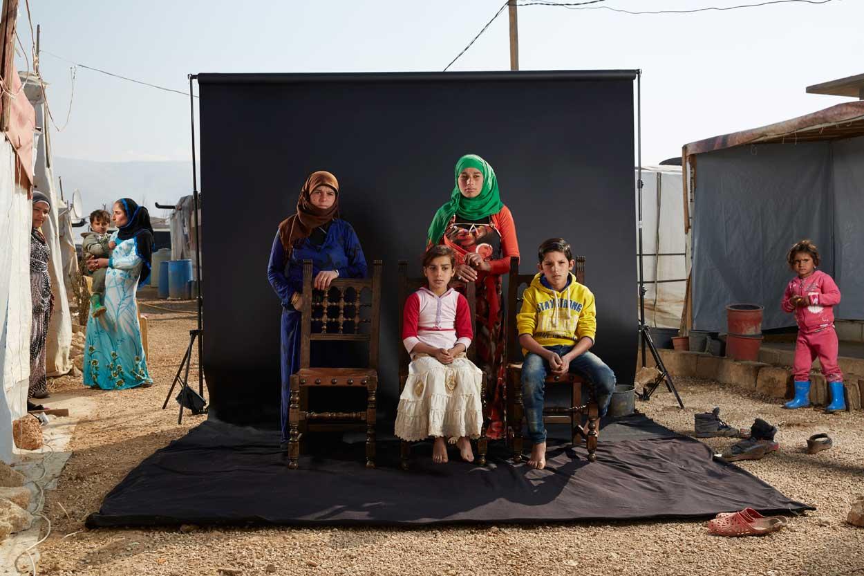 """Khawle, de 44 años, escapó de Siria en autobús, con tres de sus hijos, hace cinco meses. A medida que los bombardeos se intensificaron, se vieron obligados a continuar su viaje a pie. La hija de Khawle tiene una discapacidad de aprendizaje y fue brutalmente atacada por el camino: """"Mi hija, de 11 años, fue golpeada brutalmente por hombres armados y no pudo moverse durante días,"""" recuerda Khawle."""