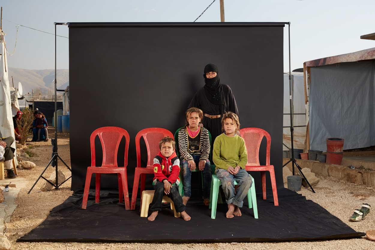"""Razir, de 40 años """"huyó de Siria después de que su marido fuera secuestrado y ejecutado por hombres armados"""". """"Todo cambió"""", dice ella, """"un día teníamos pan para comer, y al día siguiente no teníamos nada""""."""