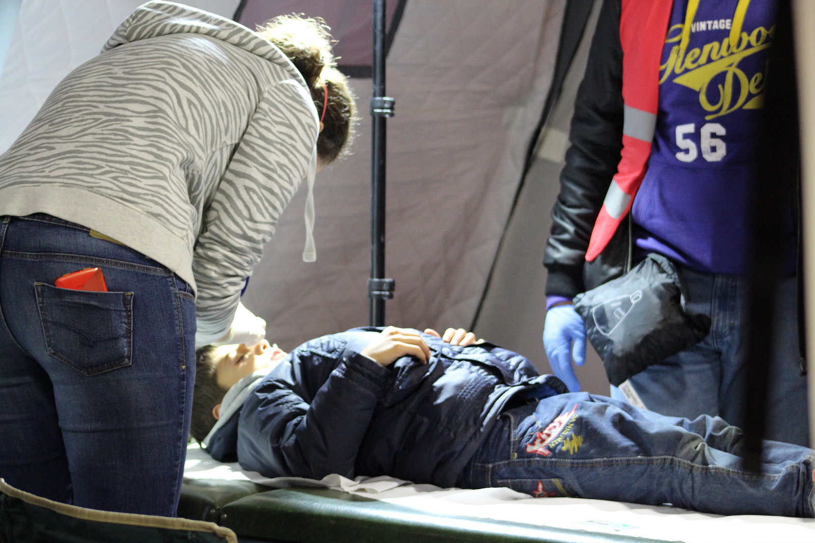 Médicos de Caritas Hungría tratan a un joven con una herida en la cabeza